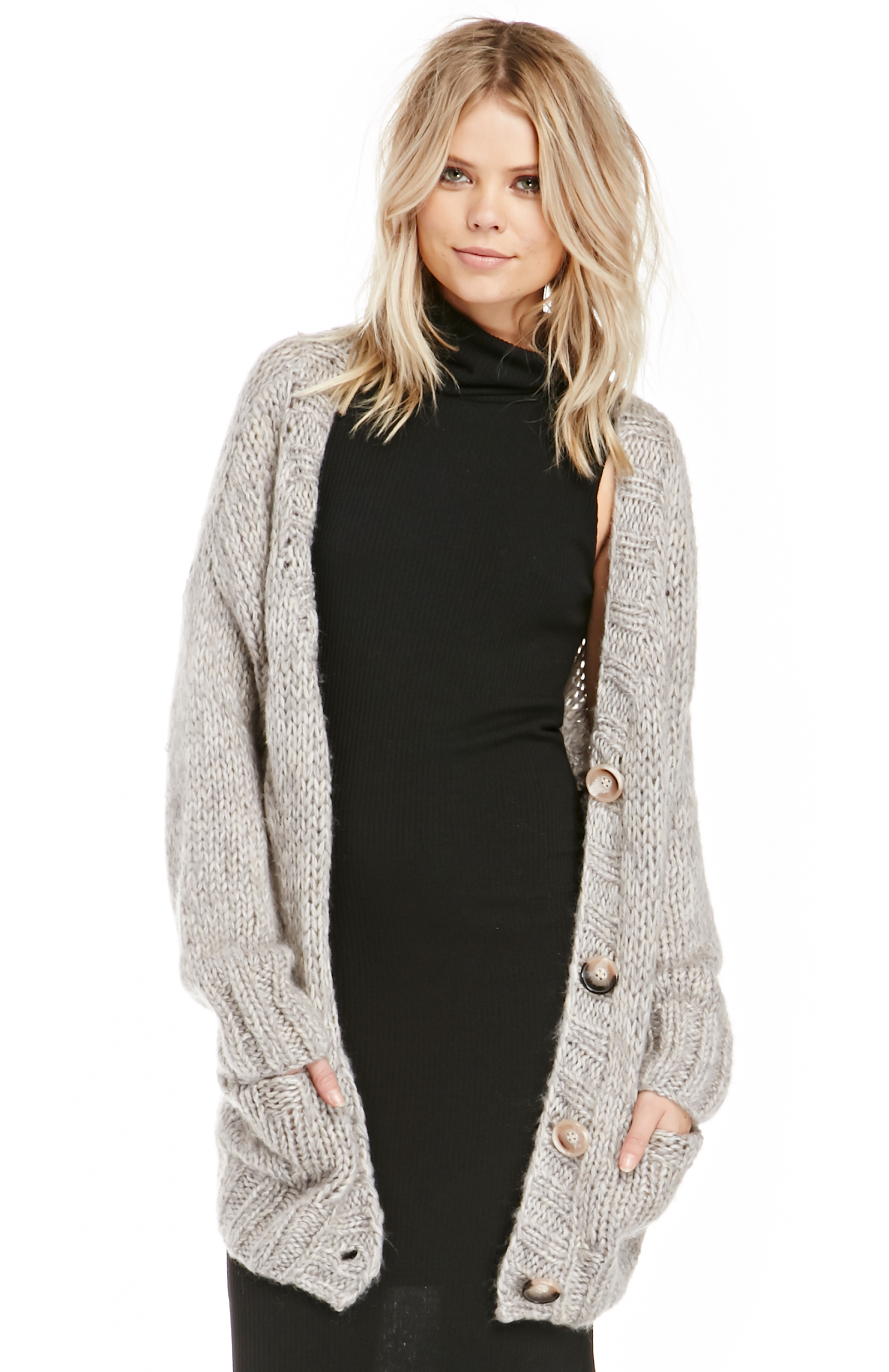Contemporaine exclusive Fashionable minimalist, longline cardigan for a layered look this season Loose fit with drop shoulders Thick cotton-blend knit The model is wearing size small.